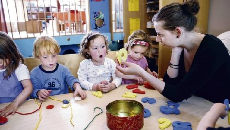 Driejarige peuters van kinderdagverblijf Doenja in Amsterdam krijgen 'les' volgens voorschoolprogramma 'Kaleidoscoop'. (JORGEN CARIS) Beeld