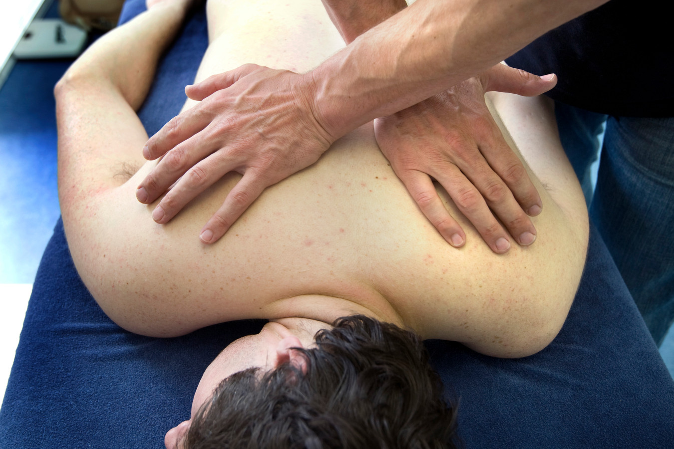 Een klant krijgt een fysio-behandeling.