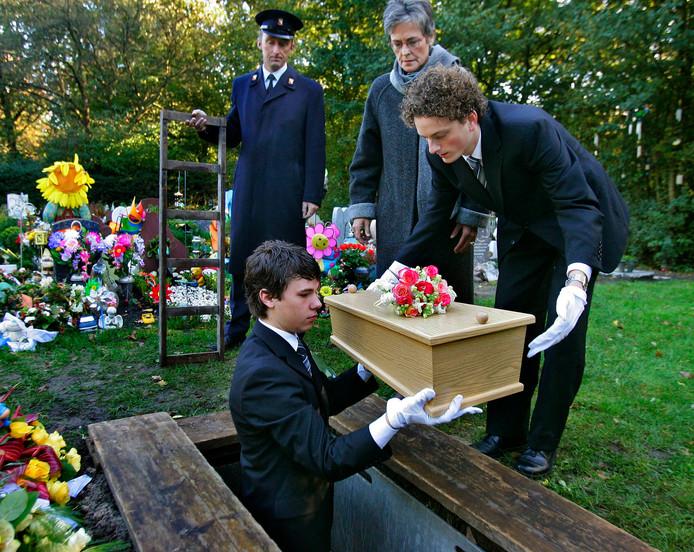 De begrafenis van het babylijkje op begraafplaats Daelwijck in Utrecht. Dat gebeurde in het bijzijn van ongeveer twintig belangstellenden, onder wie enkele politiemensen.