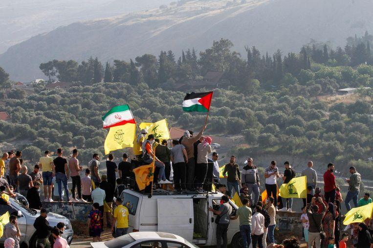 Aan de Israëlisch-Libanese grens komen betogers samen uit solidariteit met de Palestijnen.  Beeld AFP