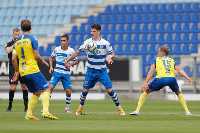 Slobodan Tedic neemt de bal aan met de borst. Tegen SC Cambuur maakte de spits zijn rentree na een bovenbeenblessure.
