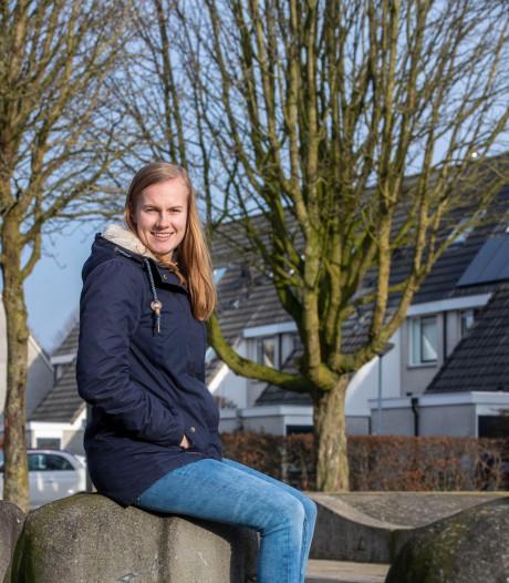 Waterpoloster Nina ten Broek helpt nu thuis in de tuin