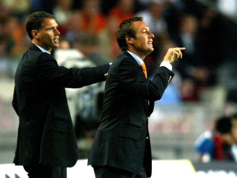 Marco van Basten en John van t Schip tijdens de WK-kwalificatieinterland tussen Nederland en Tsjechie in 2004. Beeld null