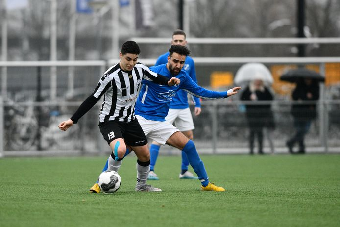 Hakan Soykan (in het blauw van AGOVV).