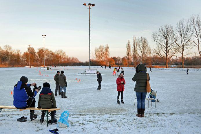 Het loopt 's middags nog niet echt storm op de ijsbaan aan de Mauritslaan in Zierikzee, maar het bestuur van de Zierikzeesche IJsvereniging heeft er dan ook nog niet veel ruchtbaarheid aan gegeven.