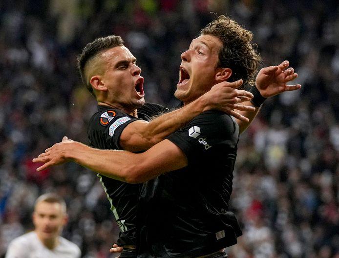 Sam Lammers bejubelt zijn gelijkmaker tegen Fenerbahçe met Rafael Santos Borre.