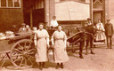 De zuivelwinkel van H.J. Reems in de Lieve Vrouwestraat, die daar was gevestigd sinds 1884. Naast de verkoop vanuit de winkel werden er zuivelproducten uitgevent. Op deze foto uit 1920 staan  paard en wagen klaar voor het inladen van melkbussen.