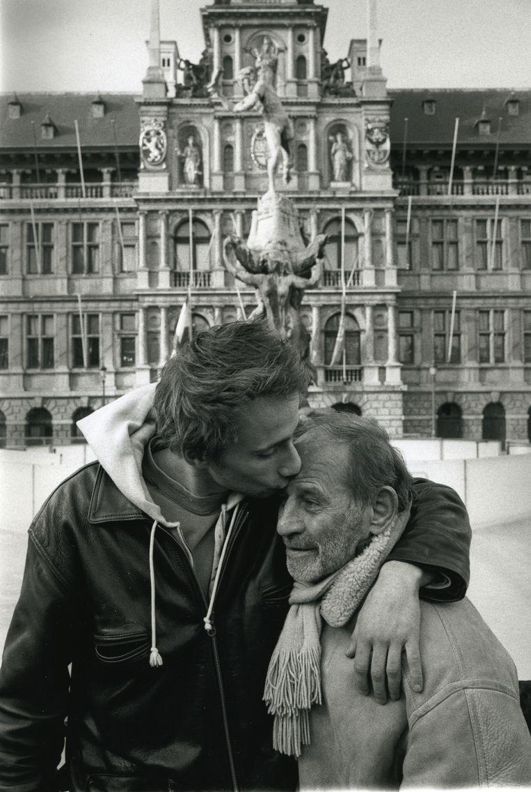 Met zijn vader, acteur Julien Schoenaerts, die in 2006 overleed. 'Na al zijn omzwervingen door kelders en zolders en tempels was hij op het eind van zijn leven op het topje van de Himalaya beland, en daar mocht ik bij zijn.'   Beeld Herman Selleslags