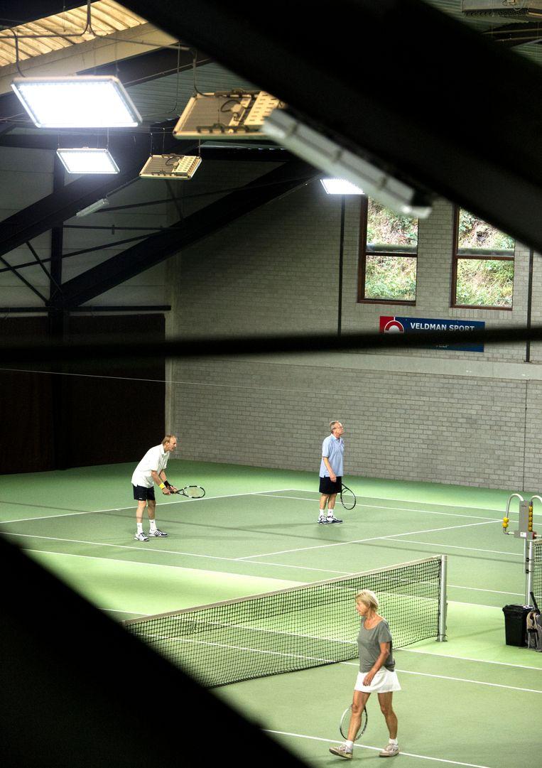 Tennisclub Beekhuizen speelt bij ledlicht op stroom van de eigen zonnepanelen. De douches krijgen warm water van de zonneboiler.  Beeld Koen Verheijden