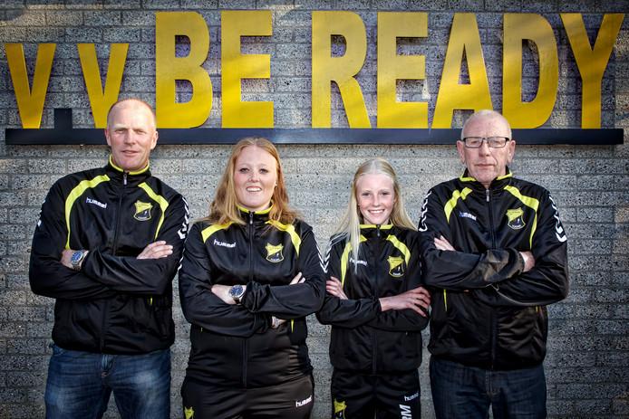 De familie Hijmans, Verschoor en Staal bij het clubhuis van Be-Ready. Ze zijn allemaal actief bij de club.