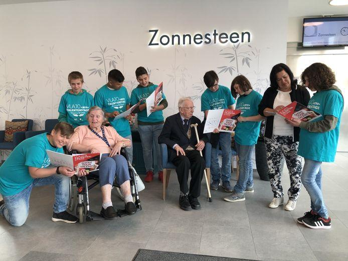 De leerlingen van Technov zorgden mee voor de bewoners van woonzorgcentrum Zonnesteen.