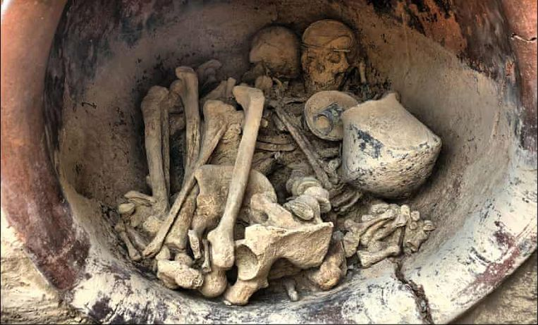 Op het hoofd van de vrouw die in een grote keramische pot is gevonden, prijkte na millennia nog steeds een zilveren diadeem.  Beeld Cambridge University Press