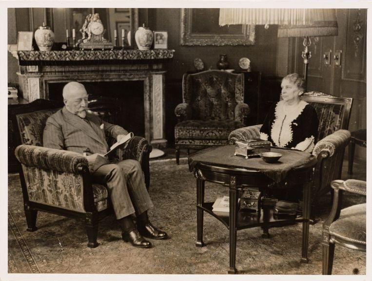 Burgemeester Willem de Vlugt en zijn vrouw in de ambtswoning, circa 1935. Beeld Stadsarchief