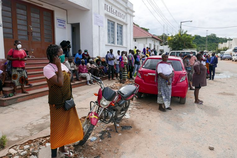 Mensen in Pemba wachten op vissersboten met vluchtelingen uit Palma in Mozambique, die ontsnapt zijn aan de aanval van de jihadistische terreurorganisatie ASWJ.   Beeld EPA