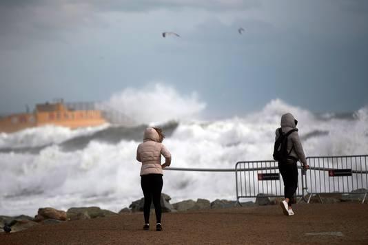 Noodweer op het strand van Barcelona.