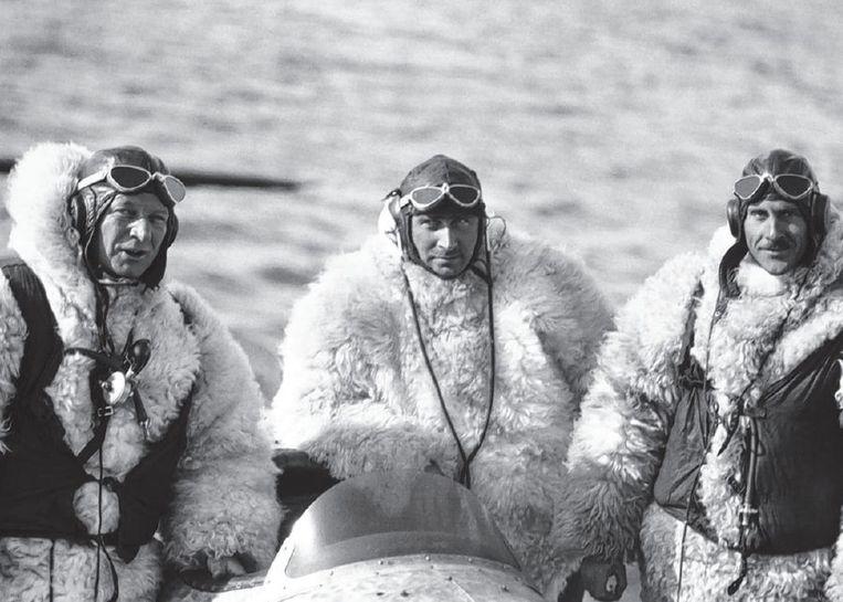 null Beeld Deense piloten op Groenland om de claim van hun land in kaart te brengen.