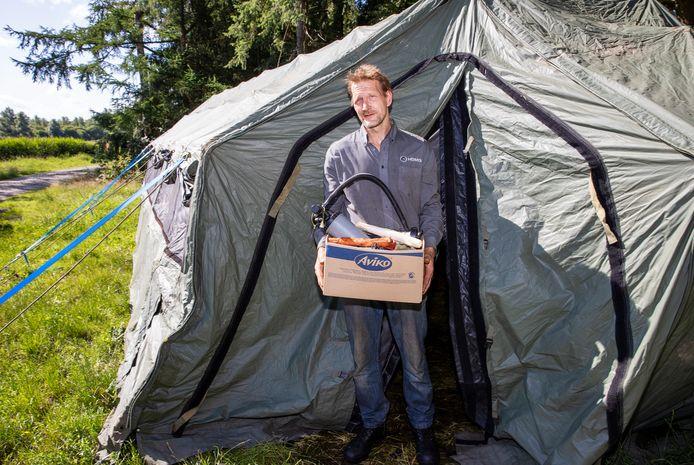Victor Spijkerman ruimt de legertent waar hij de afgelopen twee weken met zijn negen honden bivakkeerde.