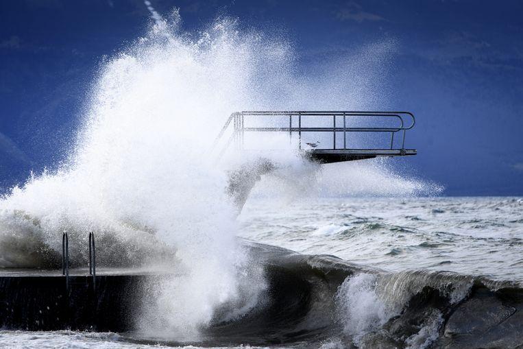 Hoge golven in het meer van Genève. Beeld EPA