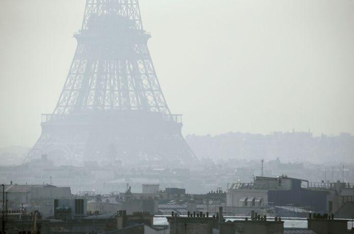 Cette photo d'archives montre la Tour Eiffel à Paris à travers un épais smog, le 14 mars 2014.
