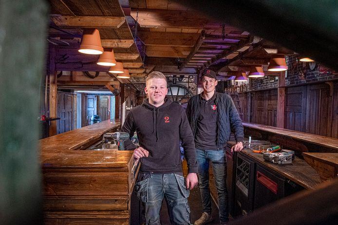 Bert Kerstens (links) en Pim van den Born hebben Café Die 2 in Oeffelt in de tweede lockdown een facelift gegeven.