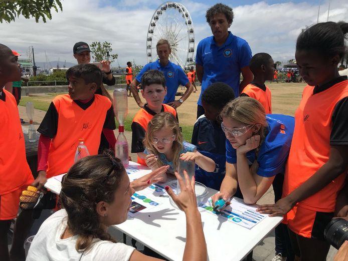 Prominente oud-voetballers als Anouk Hoogendijk, Pierre van Hooijdonk en Johan Neeskens hielpen mee aan het waterbewust maken van Zuid-Afrikaanse kinderen.