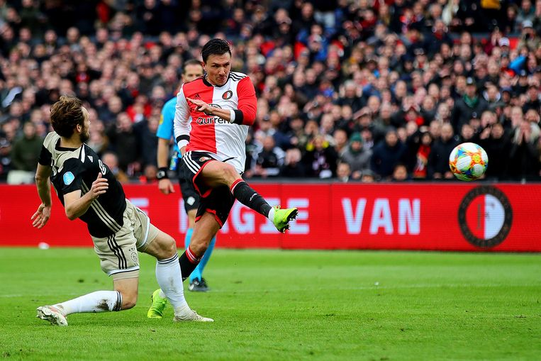 Steven Berghuis is Daley Blind te snel af met een schot op het doel van Ajax. Beeld Getty