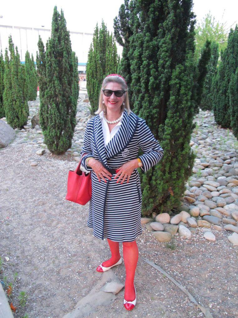 Flanerend over de kunstmatige Strandzuidboulevard waant Renée van den Berg Tap (kledingadviseur Ambition & Fashion) zich in Saint-Tropez.   <br /> Beeld