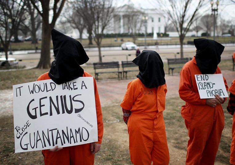 Protest aan het Witte Huis in januari 2018. De demonstranten zijn gekleed in de beruchte oranje gevangenisplunjes die ook de Guantanamo-gevangen droegen. Beeld getty