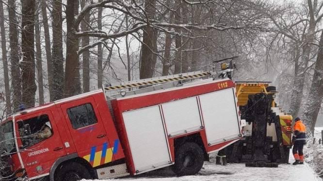 Ook voor de brandweer is het glad: bluswagen schuift de gracht in