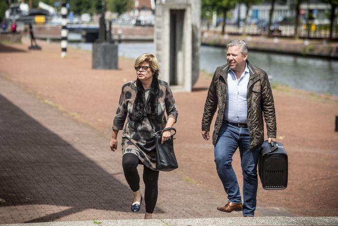 Philippe Schol (rechts) is een bekende advocaat en curator in Twente. Hier op een archieffoto komt hij aan bij de rechtbank Almelo met zijn één van zijn cliënten, Brigitte van Egten.