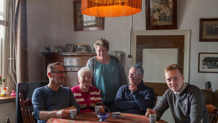 Jeannette in 't Hof achter haar familie. V.l.n.r. Erik, grootmoeder Riek, Roelof en zoon Chiel. Beeld Hanne van der Woude
