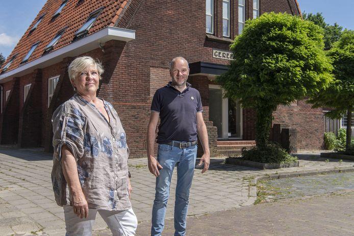 De voormalige gereformeerde kerk aan de Schaepmanstraat is verbouwd tot appartementencomplex voor beschermd wonen. Karin Koopman van de Stichting Wopit en aannemer/verhuurder Bas Braakhuis vertellen er over.