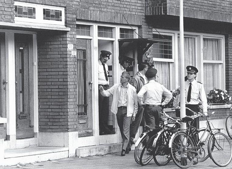 Politieonderzoek in 1987 in een pand aan de Statensingel in Rotterdam, waar een Chinees gezin werd vermoord. Loi Wah C. kreeg hiervoor in 1989 levenslang. Beeld anp