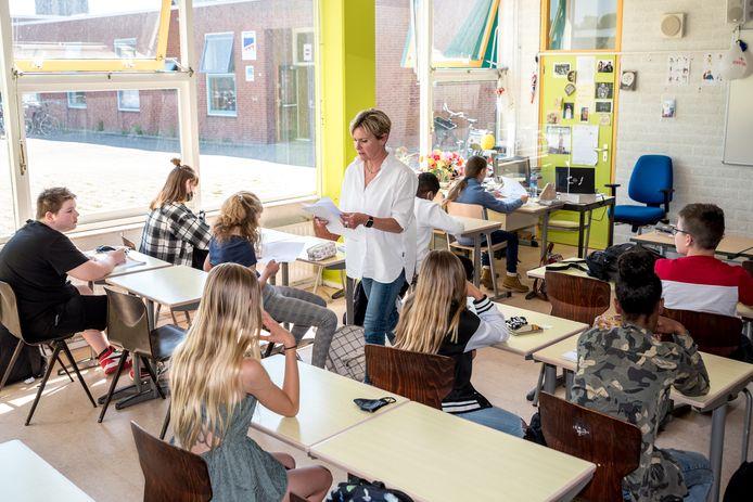 Klas 1a Vmbo basis/kader van de Pontes Pieter Zeeman met docent Engels en Duits Esther de Oude.