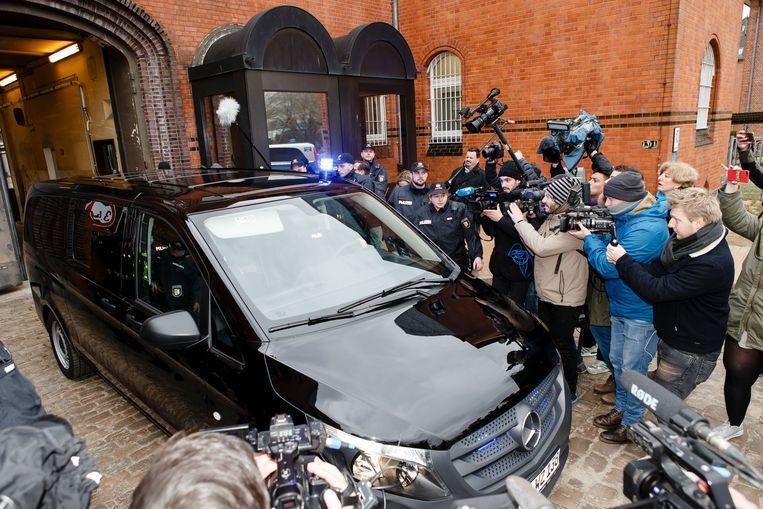 Een wagen met aan boord Carles Puigdemont verlaat de correctionele rechtbank in Neumünster, een dag na zijn arrestatie vlak bij de Deense grens. Beeld Frank Molter/dpa