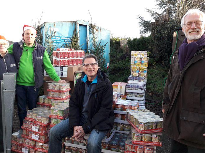 André Brouwer (links) van Kringloop Groesbeek met enkele vertegenwoordigers van de voedselbank, bij een deel van de donatie.