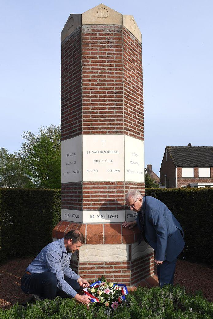 Hans Heijs (rechts) en Frank van de Ven bij de gravenzuil in Boxmeer.