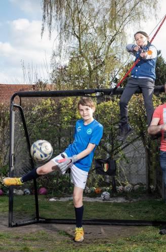 """Zo pakken Cindy (43) en Tim (47) de opvoeding van hun twee sportieve zonen aan: """"Spelen gaat vóór alles, ook het huishouden"""""""