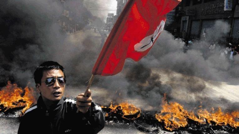 Aanhanger van oppositiepartij het Nepalees Congres scandeert anti-regeringsleuzen in Kathmandu vanwege het ontslag van legerleider Katawal. (AFP) Beeld AFP