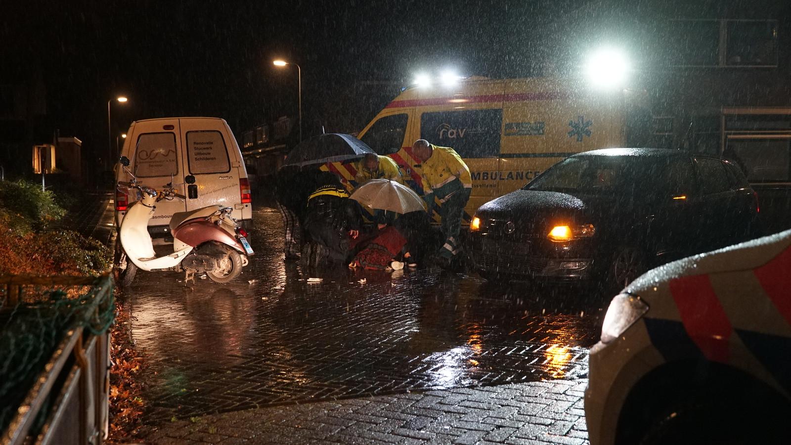 Op de kruising van de Zandweerdweg met de D.G. van de Keesselstraat in Deventer heeft even voor middernacht een aanrijding plaatsgevonden tussen een auto en een scooter.