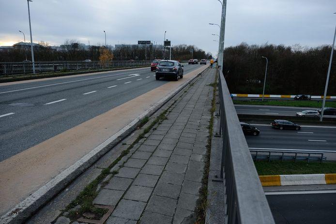 De brug over de Brusselse ring is onveilig voor zachte weggebruikers én is bovendien tot op de draad versleten.