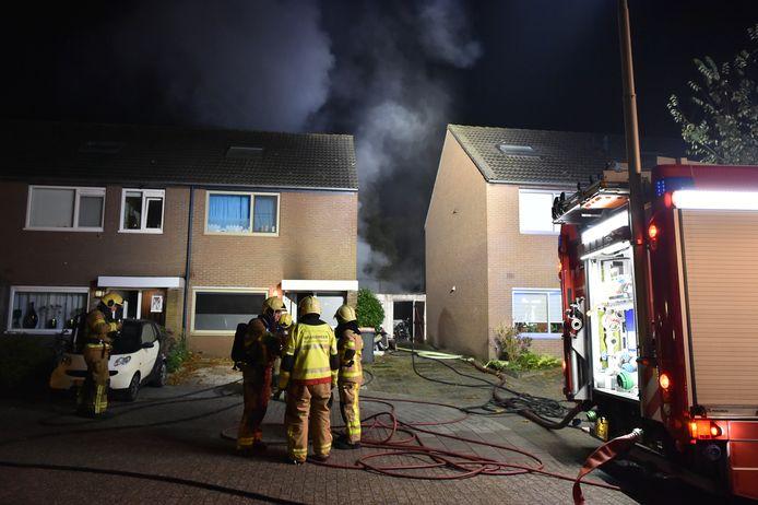 Achter een woning aan het Schepenenveld ontstond in de nacht van zaterdag op zondag brand.