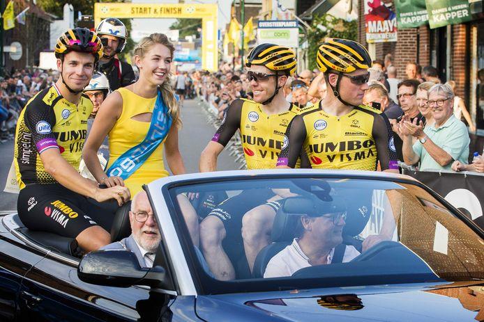 De laatste Daags na de Tour van burgemeester Karel van Soest (passagiersstoel): in 2019 met achter hem Dylan Groenewegen (links), Steven Kruijswijk (derde van links) en Mike Teunissen.