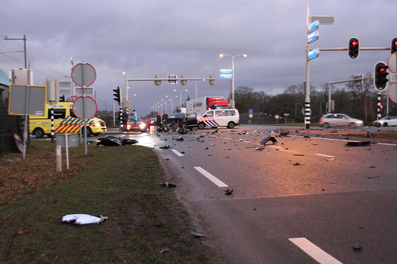 De N35 in Nijverdal is bezaaid met brokstukken door een ongeluk tussen een bedrijfsbus en een auto.