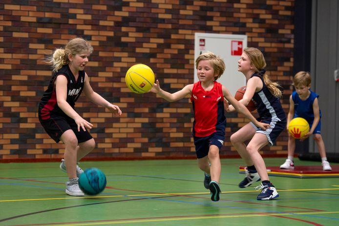 Basketbalvereniging The Valley Bucketeers krabbelt weer overeind na een moeilijk coronajaar en probeert op diverse manieren kinderen voor deze sport te interesseren.