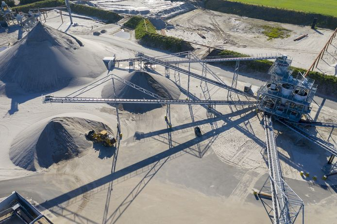 Bij de verwerking wordt het zand naar korrelgrootte gescheiden.