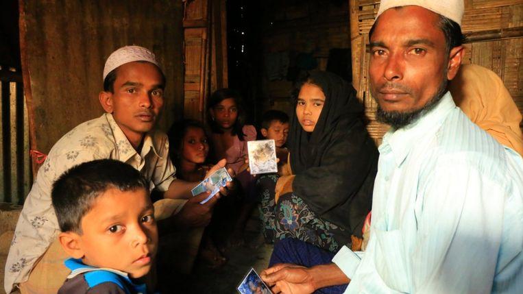 De vader van de overleden jongen is met enkele andere familieleden kunnen ontsnappen en verblijft nu in een vluchtelingenkamp in Bangladesh. Beeld CNN