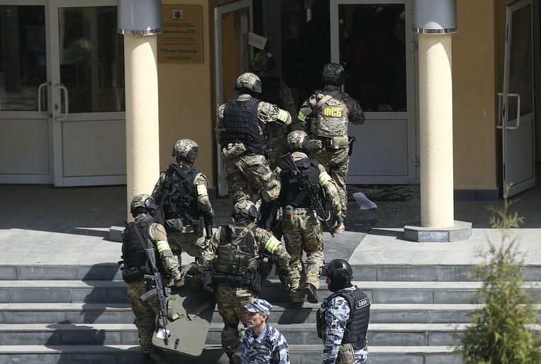 Militairen van de Russische veiligheidsdienst bij de ingang van de school. Beeld Yegor Aleyev/TASS