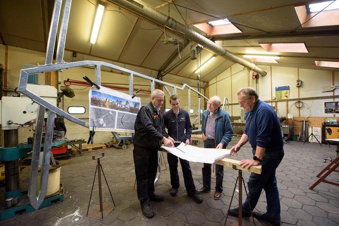 In de werkplaats wordt gewerkt aan het plaatmodel. Vlnr: Sjef Vingerhoeds, Mitch Kanters, Jan Aerts en Han Smits.