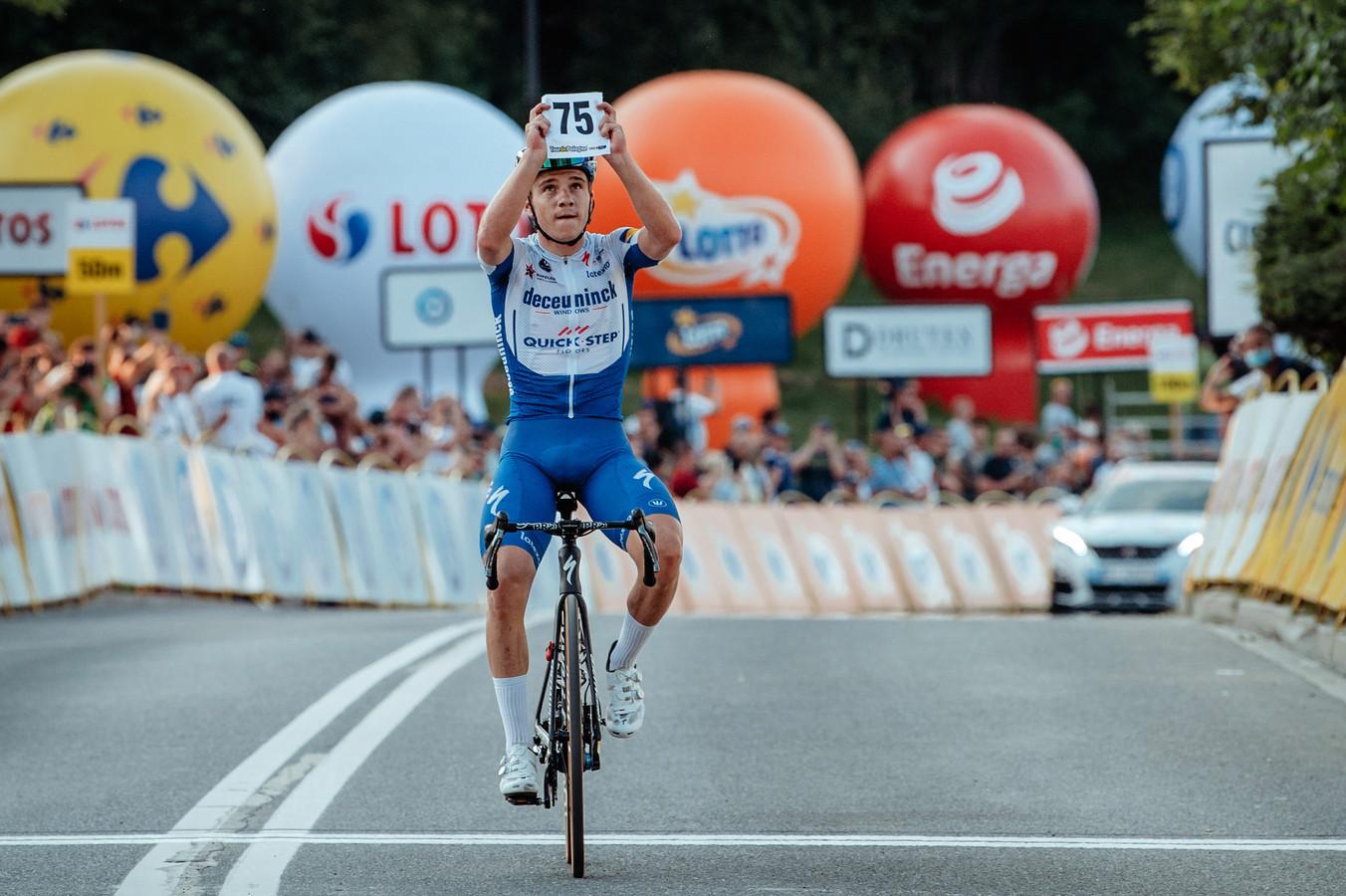 Remco Evenepoel tijdens de Ronde van Polen vorig jaar, met het nummer 75 van Fabio Jakobsen.